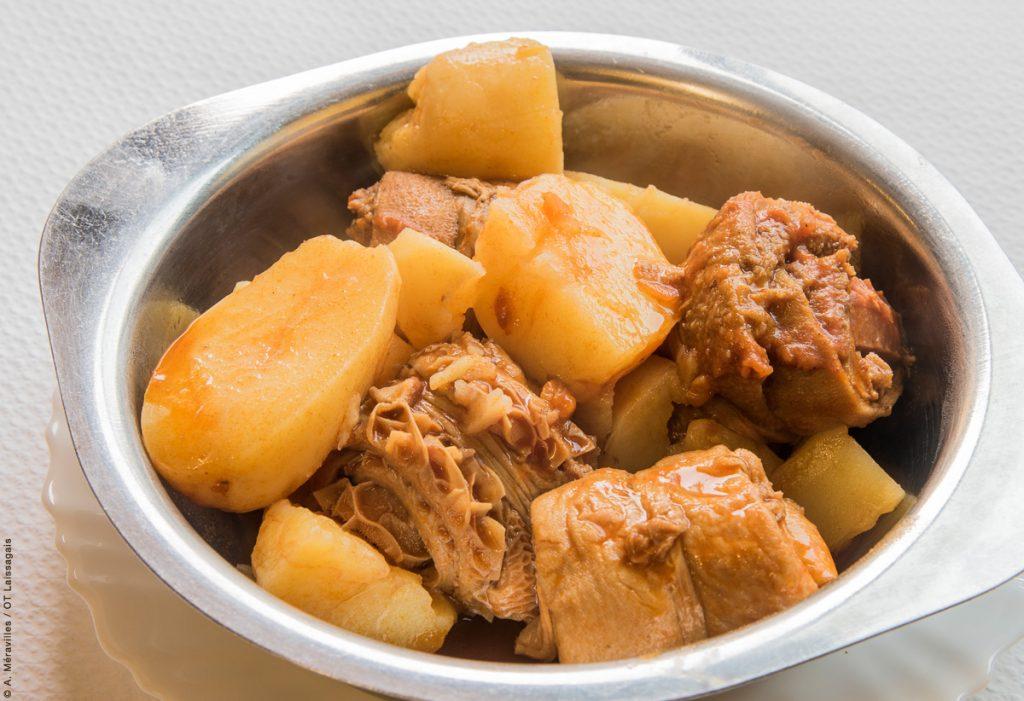 Petit déjeuner à la fourchette : tripous © A. Méravilles/OT-Laissagais