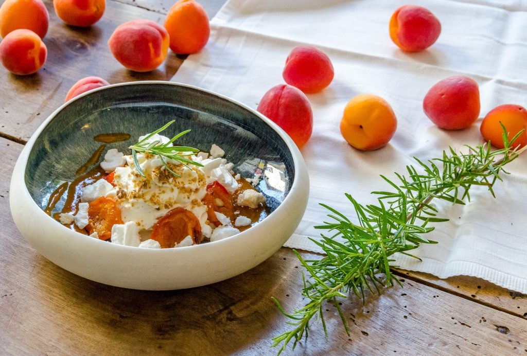 Mousse yaourt et abricots rôtis du restaurant l'Aromatique à Naucelle